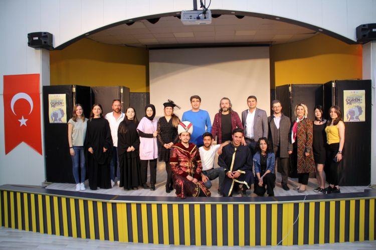 Ağrı'da tiyatro oyununda Şehit öğretmenler unutulmadı