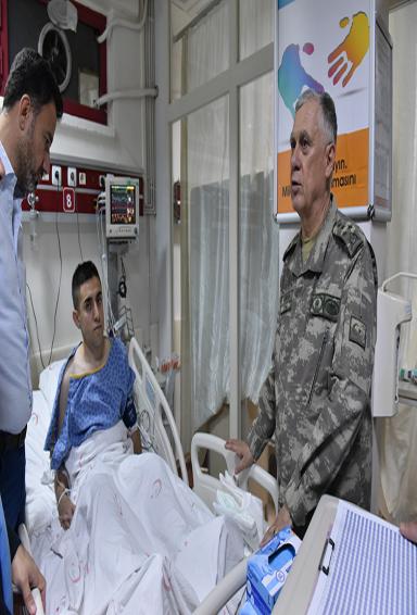 Yaralı Askerlere Komutan'dan Ziyaret