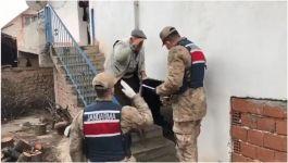 90 yaşındaki vatandaş Askerleri kapıda tekmille karşıladı