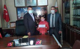 Aldığı ödülü Şehit Aileleri ve Gaziler Derneği'ne bağışladı
