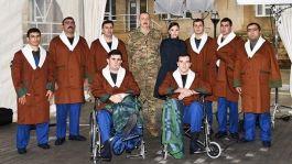 Aliyev yaralı askerleri ziyaret etti