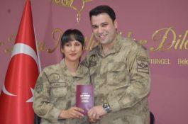 Asker çift üniformalarıyla dünyaevine girdi