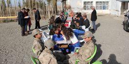 Asker üniformalı öğrencilerden şehit ailesine ziyaret