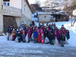 Askerimiz Hakkarili çocuklara kışlık kıyafet ve oyuncak dağıttı