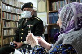 Askerler için 115 çift yün çorap ördü(Video)