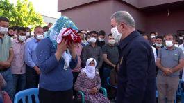 Bakan Akar Sivil Şehit ailelerini ziyaret etti