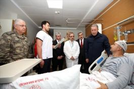 Bakan ve Komutanlar Yaralı Askerleri Hastane'de ziyaret etti