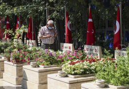 Ankara'da Şehit aileleri yakınlarının kabrini ziyaret edip dualar okudu