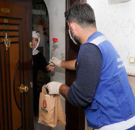 Belediye Şehit Anne ve Eşlerine karanfil dağıttı