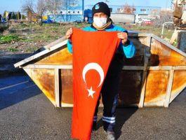Çöpte bulduğu Türk bayrağını öpüp, çöp kamyonunun önüne astı