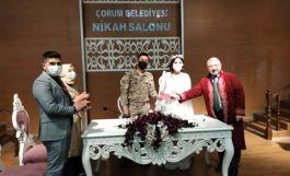 Damatlık yerine askeri üniformasıyla nikaha katıldı