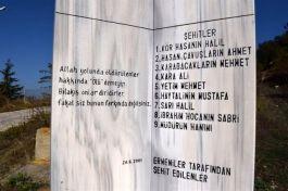 Ermenilerin Şehit ettiği Şehitler Anıtını ziyaret etti