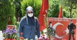 İzmir de Şehit yakınları Şehit kabirlerini ziyaret ettiler