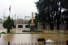 İzmir'de Şehitlik'te sular altında kaldı