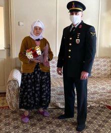 Jandarmadan Kadınlar Gününde Şehit annesine karanfil