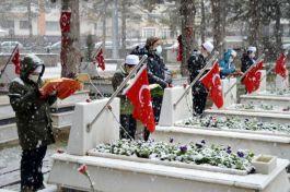 Kar altında Şehitler için hatim duası yaptılar