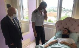 Komutan yaralı Gazi Askeri evinde ziyaret etti
