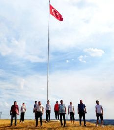 Köylüler  Yunanistan'ın burnunun dibine dev Türk bayrağı dikti(Video)