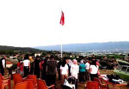 Mahalleye imece usulü ile dev Türk Bayrağı diktiler