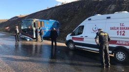 Mahkum taşıyan araç devrildi: 5'i Asker 9 yaralı