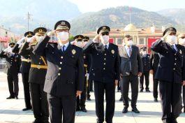 Manisa'da Zafer Bayramı sınırlı sayıda katılımla kutlandı