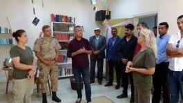Mehmetçik için karakola kütüphane kurdular