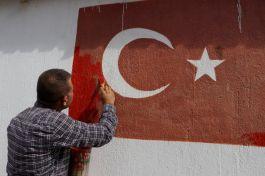 Muhtar 120 eve Türk Bayrağı çizdi