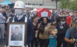 Patlama 'da Şehit olan eşinin üniforması ile törene katıldı