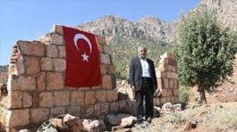 PKK'nın Şehit ettiği yakınlarını her yıl Türk bayrağı asarak anıyor