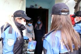 Polis  kapı kapı gezerek çocukların yüzünü güldürdü