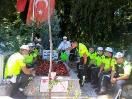 Polisler Bayramda Şehitlerin Mezarlarını Ziyaret etti