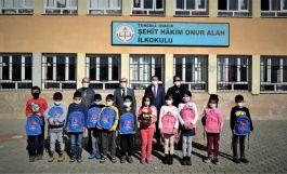 Şehit adı taşıyan okula kırtasiye yardımı yaptılar