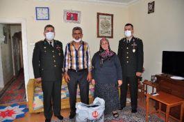 Şehit ailesi Askerlere 50 çift çorap hediye etti