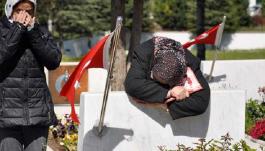 Şehit Annesi Bayramda evladı yerine soğuk mezar taşına sarıldı