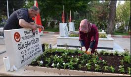 Şehit Annesi Şehit kızının mezarını çiçeklerle donattı