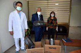 Şehit babası sağlıkçılara 100 adet siperlik hediye etti