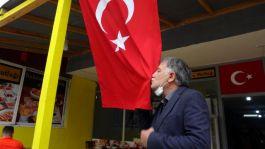 Şehit babası Türk bayağını öpüp güvenlik güçlerine dua etti