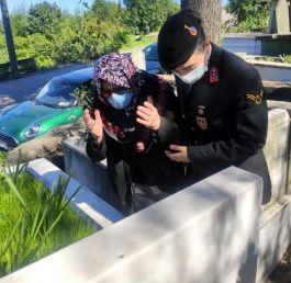 Şehit evladının mezarına Jandarma götürdü