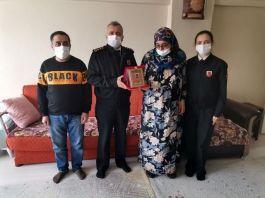 Şehit Kahveci'nin ailesine hizmet anısı şilti verildi