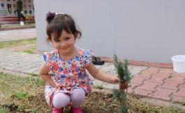 Şehit kızı babasının adını taşıyan ağacı dikti