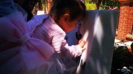 Şehit kızı babasının soğuk mezar taşındaki fotoğrafını öptü(Video)