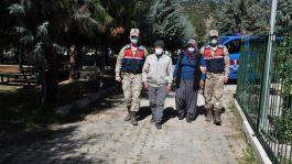 Şehit mezarını jandarma ekibinin yardımıyla ziyaret ettiler