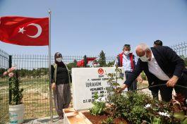 Şehit mezarlarına Bayram öncesi çiçek ekildi