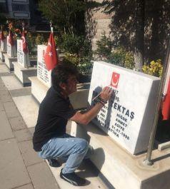 Şehit mezarlarındaki Türk bayraklarını boyadı