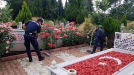 Şehit mezarlarının bakımı yapıldı Bayrakları değiştirildi