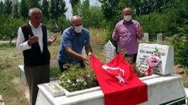Şehit olan kardeşinin mezarını ziyaret edip, dua okudu
