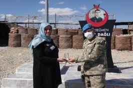 Şehit Askerin ailesi oğullarının adını taşıyan karakolu ziyaret etti