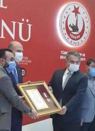 Şehit ve Gaziler adına Üstün cesaret ve Feragat Madalyası dağıtıyor