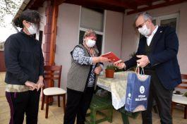 Şehitler için hazırlanan şiir kitabı şehit ailelerine dağıtılıyor