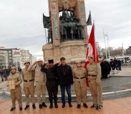 Şehitler İçin Taksim'de 2 saat nöbet tuttular
